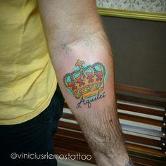 Coroa Tattoo, #crowntattoo #coroatattoo #tatuagemdecoroa #tattoocoroa #coroacolorida #colorcrown #tattoo #tattoolines #tattoopequena #tattoofeminina #tattoodelicada #horitattoohouse #hth #sjc #sjctattoo