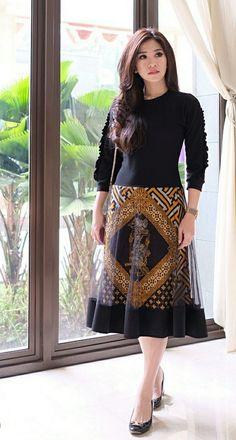 Stylish Dress Designs, Stylish Dresses, Women's Fashion Dresses, Dress Batik Kombinasi, Dress Pesta, Batik Fashion, Batik Dress, Muslim Fashion, Designer Dresses