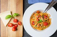 Pasta i gräddig tomatsås är en smakrik och riktigt krämig pastarätt som klättrade högt upp på min lista med favoriter. Jag älskar verkligen mångsidigheten Spaghetti, Ethnic Recipes, Food, Meals, Yemek, Spaghetti Noodles, Eten