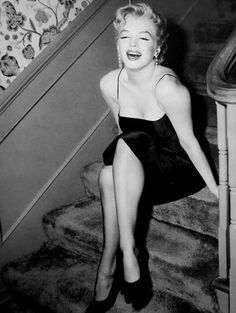 These vintage photos of Marilyn Monroe hosting a press party held at her home in Los Angeles taken by Earl Leaf on March . Marilyn Monroe Painting, Marilyn Monroe Photos, Old Hollywood Actresses, Becoming An Actress, Star Wars, Old Movie Stars, Norma Jeane, The Most Beautiful Girl, Beautiful Pictures