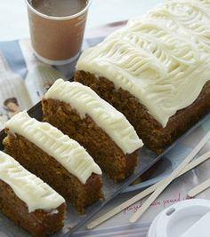 Gulerodskage med ostecreme er en dejlig saftig og snasket kage med masser af lækre krydderier, der giver en fantastisk smag. Cupcakes, Cake Cookies, Yummy Snacks, Delicious Desserts, Cake Recipes, Dessert Recipes, Danish Food, Baking With Kids, Recipes From Heaven