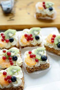 Slagroomgebakjes | Kookmutsjes Mini Pies, Mini Cheesecakes, High Tea Food, Cookie Recipes, Dessert Recipes, 21st Cake, Sweet Bakery, Cake Cookies, Cupcakes