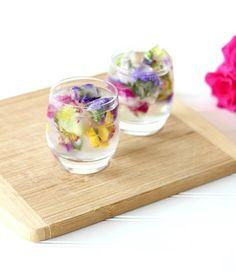Sok-sok iható és ehető virág egy pohárban.