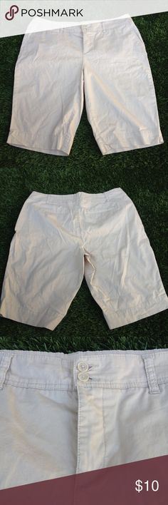 Avenue Beige Khaki Bermuda Chino Shorts Plus Sz 16 Great preowned condition, size 16!  Stock Number: 0007 Avenue Shorts Bermudas