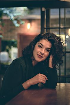 10 Tips for Street Night Photography Short Curly Haircuts, Curly Hair Cuts, Curly Hair Styles, Foto Instagram, Selfie Poses, Girl Inspiration, Girl Poses, Night Photography, Hair Goals