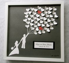 tableau romantique de coeurs avec initiales au lieu de livre d'or traditionnel