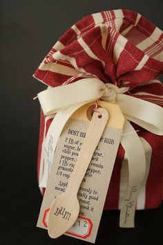 Best Barbeque Rub Recipe + DIY Packaging Step-by-Step Tutorial. Love the entire look to this gift. Hang tag & rubber stamped spoon are brilliant.