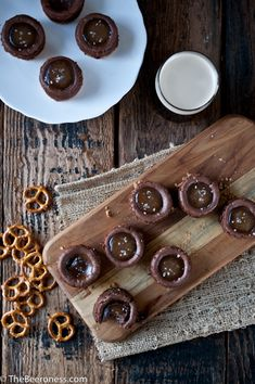 Mini Chocolate Stout Cheesecake with Salted Beer Caramel Sauce (salted caramel chocolate cheesecake) Chocolate Stout, Salted Caramel Chocolate, Chocolate Recipes, Just Desserts, Dessert Recipes, Yummy Treats, Sweet Treats, Mini Chocolate Cheesecake, Sweet Pastries