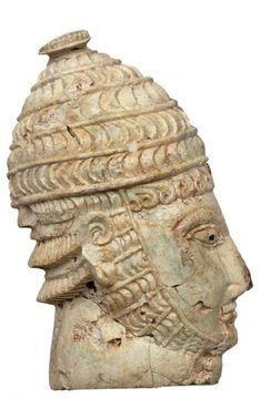 Κεφαλή πολεμιστή με οδοντόφρακτο κράνος από ελεφαντόδοντο ή δόντι ιπποπόταμου. Θαλαμωτός τάφος 27. 14ος αιώνας π.Χ. Μυκήνες. Εθνικό Αρχαιολογικό Μουσείο. Archaeology, Helmet, Lion Sculpture, Statue, Google, Art, Art Background, Hockey Helmet, Kunst