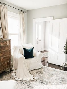 Excellent Living Room Decoration Ideas For Winter Season That Look More Cool French Farmhouse Decor, Farmhouse Style Decorating, Vintage Farmhouse, Red Farmhouse, Home Decor Bedroom, Living Room Decor, Master Bedroom, Decor Room, Bedroom Inspo