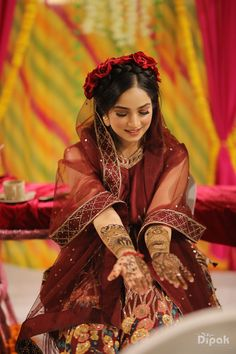 Freida inspired mehendi look Desi Wedding Dresses, Pakistani Bridal Dresses, Wedding Wear, Bridal Poses, Bridal Photoshoot, Mehendi Outfits, Bridal Outfits, Unique Wedding Hairstyles, Sikh Bride