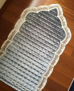 This Pin was discovered by Tuğ Muslim Prayer Mat, Islamic Prayer, Fun Crafts For Teens, Diy And Crafts, Diy Bra, Ramadan Decorations, Prayer Room, Baby Knitting Patterns, Quilt Blocks