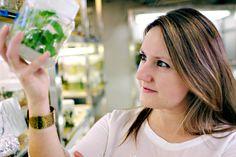 La científica valenciana Selena Giménez-Ibáñez ha logrado una de las becas internacionales del programaUnesco-L'Oréal for Women in science, una distinción que solo tienen otras dos investigadoras españolas. Esta ingeniera agrónoma estudia los mecanismos que utilizan los microbios para infectar a las plantas. Gracias a la beca realizará una estancia de dos años en uno de los laboratorios más punteros en biotecnología de plantas del mundo, en la Universidad de Warwick (Reino Unido).
