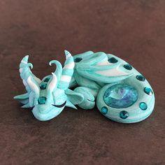 Polymer Clay Dragon, Polymer Clay Figures, Polymer Clay Animals, Cute Polymer Clay, Cute Clay, Polymer Clay Projects, Polymer Clay Charms, Clay Crafts, Baby Dragon Tattoos