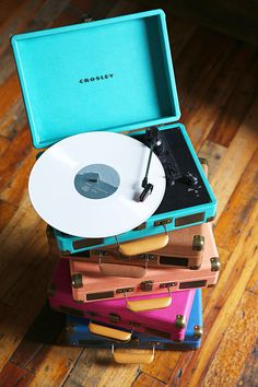 Portable vintage-inspired turntable housed in a faux leather briefcase. Love it!