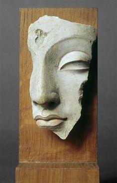 Fragment von Buddhas Kopf (C) RMN-Grand Palais (Guimet Museum, Paris) / Rechts . Buddha Sculpture, Art Sculpture, Pottery Sculpture, Stone Sculpture, Abstract Sculpture, Art Buddha, Buddha Kunst, Instalation Art, Sculptures Céramiques