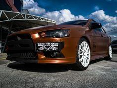 """No 7º episódio da serie Samy compartilha toda a sua experiencia  conosco em um incrível projeto executado com excelência em seu próprio carro, um Mitsubishi Lancer todo equipado para as pistas. Os detalhes do projeto e os conceitos deste """"MONSTRO"""" do envelopamento você confere agora no IMPRIMAX GARAGE. Mitsubishi Lancer, Garage, Bmw, Cars, Carport Garage, Garages, Car Garage, Carriage House"""