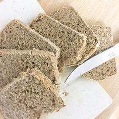 Aujourd'hui je vous propose une recette de pain sans gluten qui est devenue l'une de mes incontournables tant il est facile à faire et goûteux. J'aime beaucoup le goût de la farine de sarrasin qui est un perpétuel coup de cœur et que je décline en pains, pâtes à tartes, …