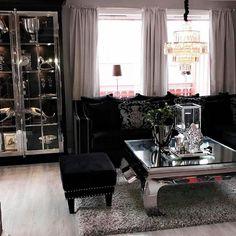 Sjekk ut det lekre hjemmet til #Repost @vfred93 #fremsnakking Ha en fin dag #stue #sittingroomdetails #manhattancabinet120 #manhattanottomansmall #fioripute #salongbord #savannahsofa #viennasalongbord fra @classicliving #classicliving #homedecor #coffetable #salongbord #interiør #glam #livingroom #steele #glamfurniture #homeandliving #passion_4_home_decor #passion4home #passionforinterior #interiorstyling #homedecoration #decor #decoration #interørinspirasjon #classyliving #classyinteriors