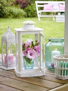 Ein Windlicht mit Blumen anstatt der Kerze! Das macht richtig was her! MEHR DEKO-IDEEN >>>