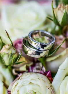 Trauringe auf Brautstrauß fotografiert Wedding Details, Silver Rings, Jewelry, Wedding Photography, Jewels, Schmuck, Jewerly, Jewelery, Jewlery