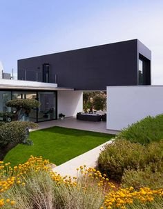 Single-Family House in Mérida, Spain made with #Coverlam Basic Negro and City. Modern House Plans, Modern House Design, Casas Containers, Villa Design, Design Art, Architecture Design, Sustainable Architecture, Exterior Design, Future House