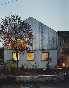 Like the feel of the old wood against the simple grey first floor. Nice contemporary design.