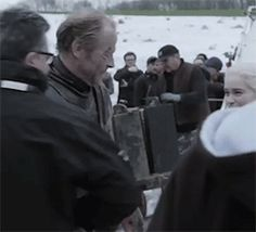 Iain Glen and Emilia Clarke behind the scenes Game Of Throes Season 8 ep 4 Game Of Thrones Artwork, Game Of Thrones Cast, Emilia Clarke Daenerys Targaryen, Game Of Throne Daenerys, Ser Jorah Mormont, Iain Glen, Fantasy Tv, Mother Of Dragons, Khaleesi