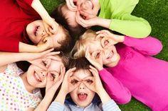 Ser criança é achar que o mundo é feito de fantasias, Sorrisos e brincadeiras. Ser criança é comer algodão doce e se lambuzar. Ser criança é acreditar num mundo cor de rosa. Cheio de pipocas Ser criança é olhar e não ver o perigo. Ser criança é sorrir e fazer sorrir. Ser criança é chorar sem saber por que. Ser criança é se esconder para nos preocupar. Ser criança é pedir com os olhos. Ser criança é derramar lágrima para nos sensibilizar. Ser criança é isso e muito mais. É nos ensinar que a…