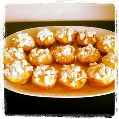 Lemon muffins with meringues on top - muffin al limone con meringhe sbriciolate