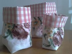 EntreHilos y algo más: TUTORIAL BOLSITA DE TELA Fabric Crafts, Sewing Crafts, Sewing Projects, Couture Sewing, Sewing Box, Cloth Bags, Handmade Bags, Storage Baskets, Pin Cushions