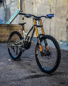 MTB Downhill and Slopestyle bikes. Mountain bike setups and tri… Mountain biking. MTB Downhill and Slopestyle bikes. Mountain bike setups and tricks. Downhill Bike, Mtb Bike, Bmx Bikes, Cool Bikes, Downhill Mountain Bike, Road Bike, Mountain Biking Women, Mountain Bike Trails, Velo Dh