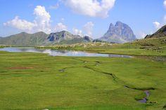 Le Pic du Midi d'Ossau et le Lac d'Anayet..   Retrouvez toutes les informations sur www.ossau-tourisme.com