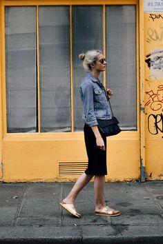 birkenstock dorée - summer look - denim jacket Birkenstock Outfit, Birkenstock Fashion, Summer Dress Outfits, Casual Summer Dresses, Cute Outfits, Casual Chic, Style Casual, Style Désinvolte Chic, Shoes