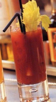Bloody Mary. Ricetta  1 parte di Vodka 3 parti di succo di pomodoro 2 spruzzi di Worcester succo di 1/2 limone 1 goccia di Tabasco 3 cubetti di ghiaccio sale e pepe per insaporire una fettina di limone, un rametto di menta o un gambo di sedano per decorare Preparazione  Shakerate per bene tutti gli ingredienti assieme. Filtrate in un tubmler grande o da vino. Aggiungete la decorazione che più vi piace. Cocktail Drinks, Cocktail Recipes, Cocktails, Bloody Mary, Beautiful Fruits, Bartender, Finger Foods, Lemonade, Smoothies