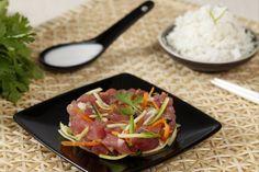 Plat typique de Tahiti : tartare de thon rouge au lait de coco avec des carottes et des courgettes râpées. Il est toujours accompagné d'un riz blanc.  Recette 2 : http://www.france.fr/gastronomie/le-poisson-cru-la-tahitienne.html