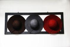 Seus chapéus estão guardados na caixa ou no armário? Que tal usá-los para criar um estilo de decoração gastando quase nadapara mudar o seu ambiente com um toque de estilo e personalidade?
