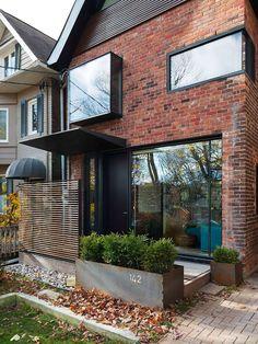 24 Adorable Brick House Exterior Makeover - lmolnar - Best Design and Decoration You Need Design Exterior, Exterior Paint Colors, Modern Exterior, Reforma Exterior, Modern Brick House, Houses Architecture, Toronto Architecture, Sustainable Architecture, Toronto Houses