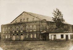 1860 - Teatro São José, no Largo de São Gonçalo, hoje a Praça João Mendes. Em 1898 foi destruído em um incêndio. Foto de Militão Augusto de Azevedo.