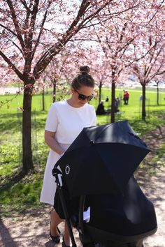 Homevialaura | Mother's Day | Cherry blossom trees | Bugaboo Cameleon All Black