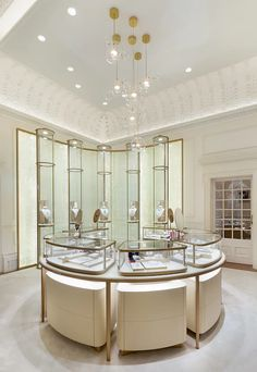 Inside Cartier's new Bond Street store, complete with cocktail bar and VIP 'boudoir' Jewelry Store Displays, Jewellery Shop Design, Jewelry Stores, Jewelry Shop, Geek Jewelry, Gothic Jewelry, Jewelry Holder, Designer Jewelry, Luxury Jewelry