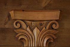 Capitello in legno di abete scolpito a mano e trattato a cera, come da desiderio del cliente.