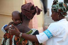 Nella regione del Sahel, 1 bambino su 5 non arriva al quinto compleanno.     Condividete e diffondete le immagini dei bambini vittime della siccità!   http://www.flickr.com//photos/unicefitalia/sets/72157629688800695/show/     Nella foto, Kumbaba, 7 mesi, viene trasportato dalla mamma Oumou Sy presso un centro nutrizionale dell'UNICEF nell'ospedale Kaedi (Mauritania)   © UNICEF/NYHQ2012-0465/Mia Brandt