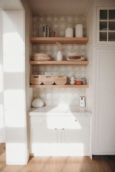 Today we are sharing the kitchen of Amber Fillerup Clark of Barefoot Blonde. This warm space uses a brick backsplash, Carrera marble and butcher block counters, White Dove paint and a Lacanache Range for a beautiful Old World vibe. Built In Shelves, Wood Shelves, Open Shelving, Clarks, Light Wood Texture, Amber Fillerup Clark, Leather Counter Stools, Woven Chair, Dining Nook