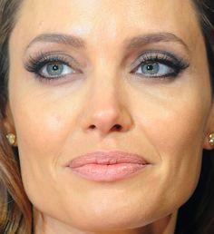 Você só precisará lápis preto e sombra cinza para copiar a produção de Angelina Jolie