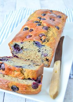 Banana bread with blueberries (Laura's Bakery) Healthy Cake, Healthy Baking, Healthy Treats, Baking Recipes, Snack Recipes, Dessert Recipes, Healthy Recipes, Blueberry Banana Bread, Köstliche Desserts