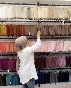 Image in Hijab 🧕🏻👑 collection by princess on We Heart It Hijab Turban Style, Mode Turban, Pashmina Hijab Tutorial, Hijab Style Tutorial, Capsule Wardrobe Women, Video Hijab, Hijab Collection, Mode Abaya, Hijab Fashionista