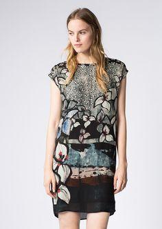 Ein leicht gekrepptes Material aus 100%-iger Viskose trifft bei diesen ärmellosen Kleid auf einen digitalen All-Over-Print mit floralem Flair. Die Paspelierung am Halsausschnitt und der leichte O-Shape geben dem Look eine feminine Note....