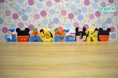 Lindas letras 3D com os personagens da Turma do Mickey para deixar a decoração da sua festa linda e encantadora! Feita em papel fosco de alta gramatura com apliques de relevo, fitas, strass, pérolas, botões, o que for necessário para ficar linda e personalizada com o tema da festa! * Preço ...