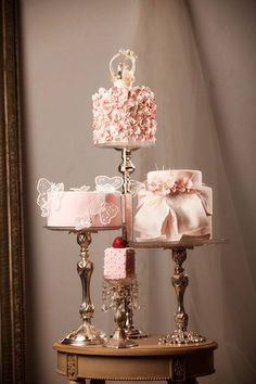 Ana Rosa such a cute idea,mini cakes,same color or coordinate colors,,have different flavors and different designs on each cake,that way,you don't have to have just one design,,,♥